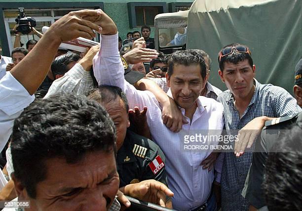El depuesto presidente ecuatoriano Lucio Gutierrez saluda a simpatizantes durante una visita a la localidad peruana de Aguas Verdes, en la frontera...