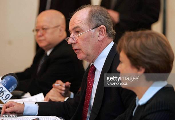 El director gerente del Fondo Monetario Internacional Rodrigo de Rato responde preguntas el 28 de febrero 2006 durante una conferencia de prensa en...