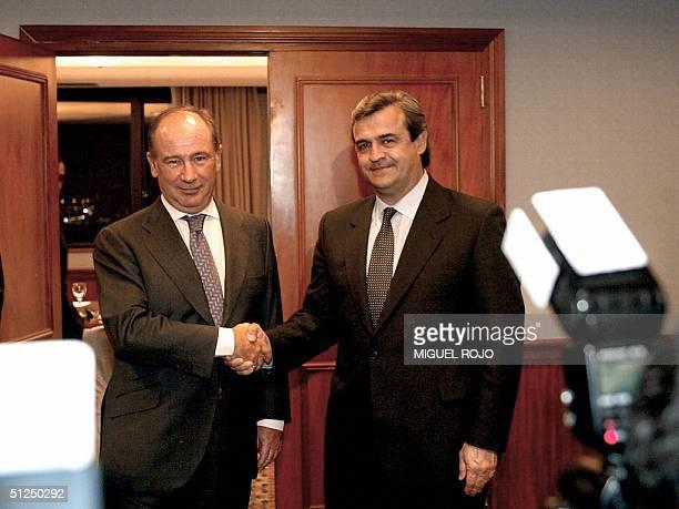 El director gerente del Fondo Monetario Internacional Rodrigo Rato y el candidato presidencial por el Partido Nacional Jorge Larranaga se estrechan...