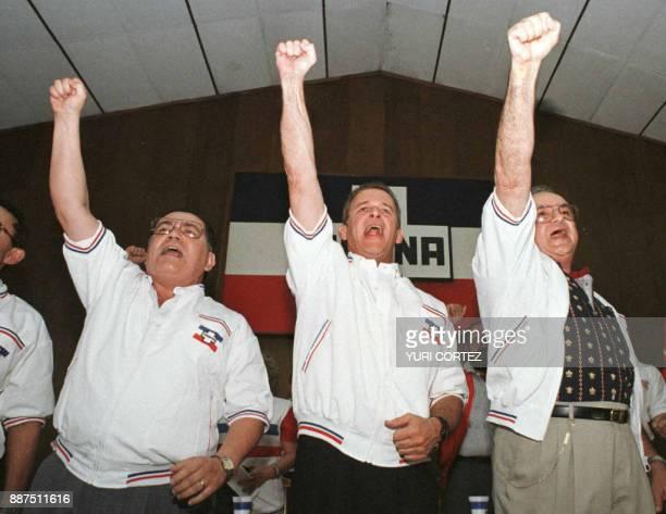 El empresario Roberto Muray Meza acompanado de Carlos Quintanilla y Conrado Lopez de ultra derecha gritan consignas anticomunistas 14 de Abril luego...