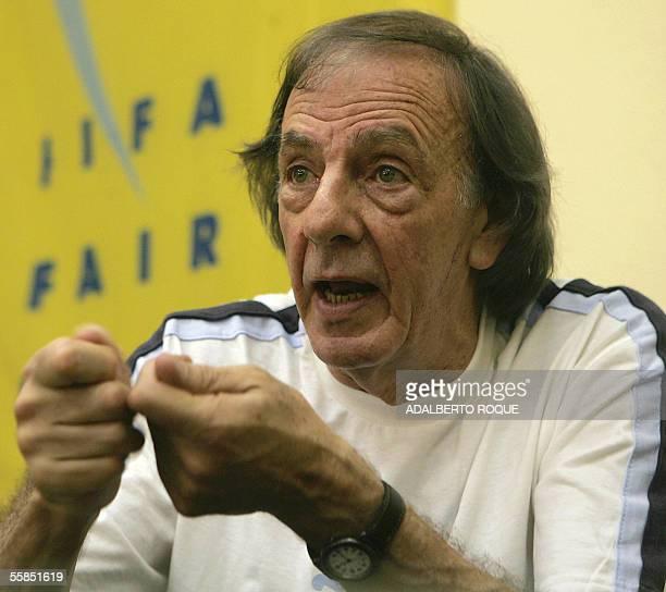 El entrenador argentino de futbol Cesar Luis Menotti realiza una conferencia el 04 de octubre del 2005 en La Habana ante decenas de entrenadores...