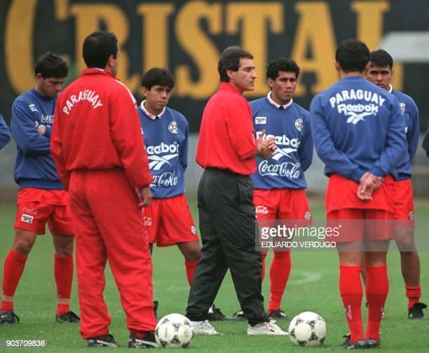 El entrenador de la seleccion Paraguaya de futbol Paulo Cesar Carpegiani da instrucciones a sus jugadores en el complejo deportivo del equipo de...