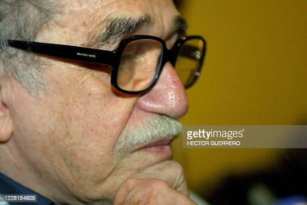 El escritor colombiano Gabriel Garcia Marquez espera durante un encuentro con la comunidad colombiana en Ciudad de Mexico, el 29 de mayo de 2004....
