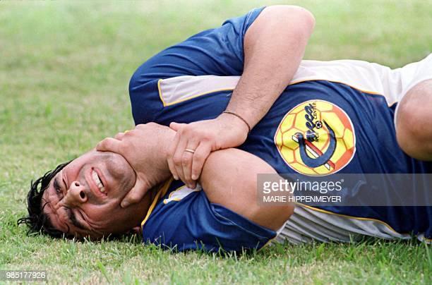 El ex jugador de futbol argentino Diego Maradona hace un gesto de dolor despues de recibir un golpe durante un partido amistoso en Campinas100kms de...
