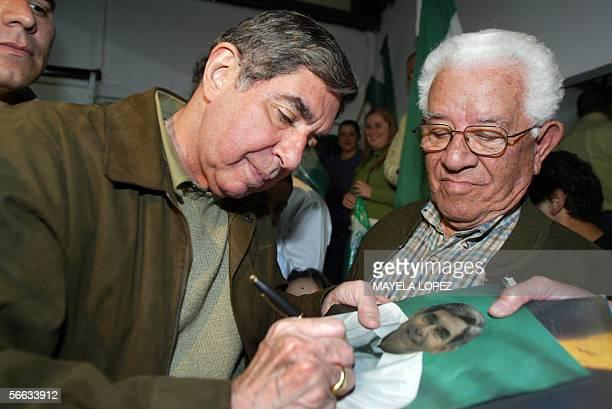 El ex presidente actual candidato presidencial y Premio Nobel de la Paz 1987 Oscar Arias del Partido Liberacion Nacional firma una fotografia a uno...