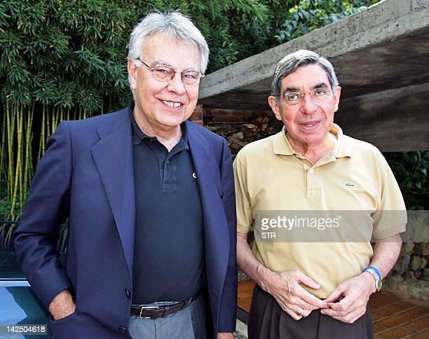 El ex presidente del gobierno español Felipe González recibe la bienvenida del ex mandatario costarricense y candidato presidencial Oscar Arias el 25...