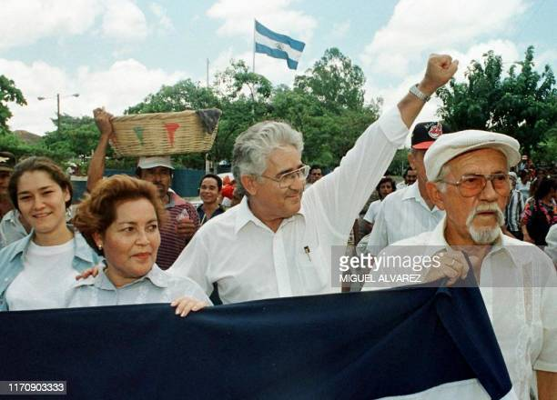 El excomandante guerillero Eden Pastora conocido como Comandante Cero alza el puno saludando a sus simpatizantes 22 de Agosto durante una marcha que...