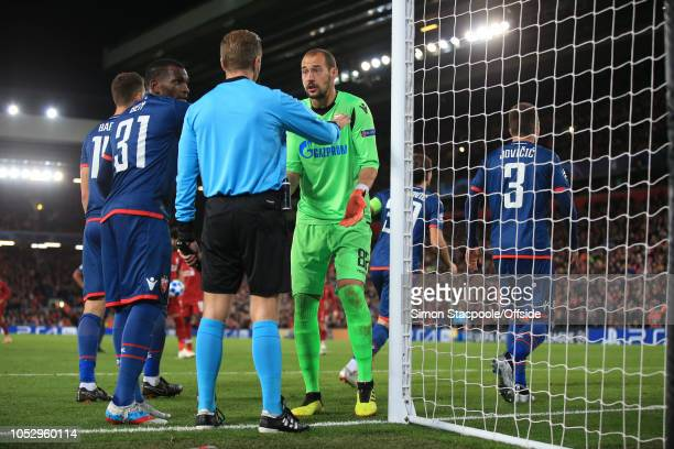 El Fardou Ben Nabouhane of Crvena and Crvena goalkeeper Milan Borjan of Crvena with the goal line official over the penalty decision during the Group...