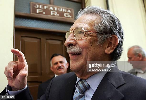 El general y ex dictador Efrain Rios Montt lider del Frente Republicano Guatemalteco responde preguntas de la prensa en Ciudad de Guatemala el 21 de...