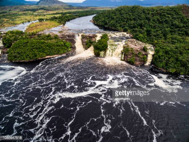 cascada de el hacha en vista aérea. parque nacional canaima, venezuela - la gran sabana fotografías e imágenes de stock