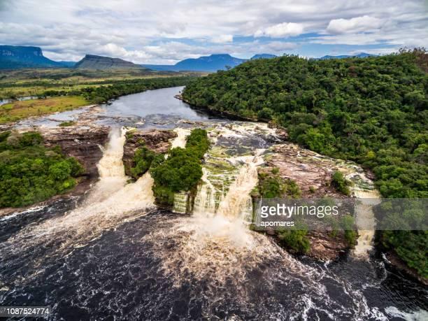 cascada de el hacha en vista aérea. parque nacional canaima, venezuela - paisajes de venezuela fotografías e imágenes de stock