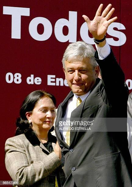 El izquierdista Andres Manuel Lopez Obrador saluda al termino de su discurso ante cientos de simpatizantes tras solicitar ante el Instituto Federal...