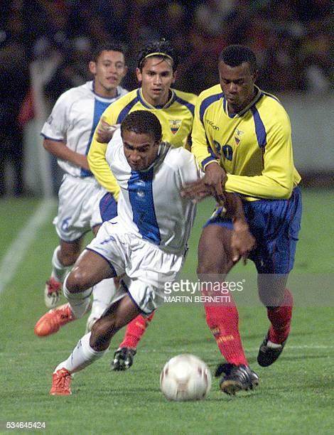 El jugador de Guatemala Freddy Thompson disputa el balón con el ecuatoriano Edwin Tenorio durante el partido amistoso disputado en Ambato Ecuador el...