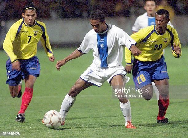 El jugador de Guatemala Freddy Thompson disputa el balón con los ecuatorianos Edwin Tenorio y Luis fernando Saritama durante el partido amistoso...