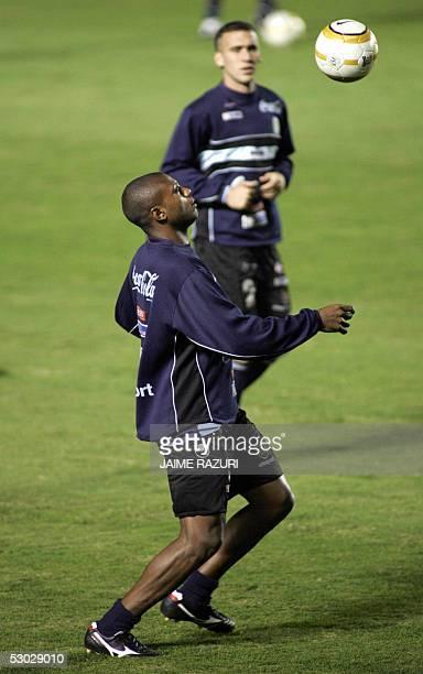 El jugador de la seleccion de Uruguay Marcelo Zalayeta practica con el balon mientras Guillermo Rodriguez lo observa el 06 de junio de 2005 en el...