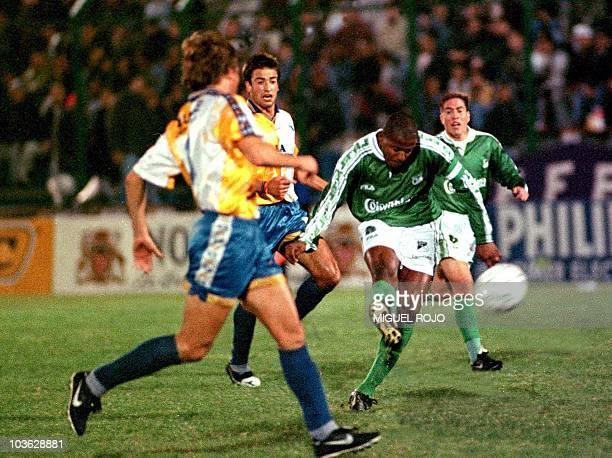 El jugador del Deportivo Cali Arley Betancur remata ante la impotencia de los defensas de los jugadores del Bella Vista Fabian Pumar y Pilipauskas...