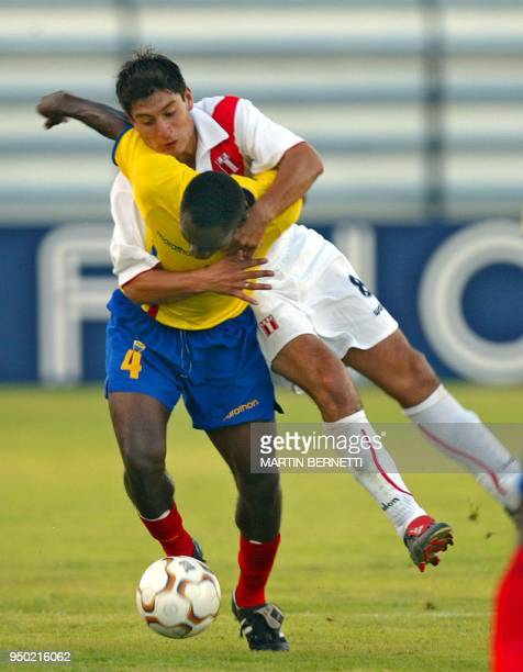 El jugador ecuatoriano Franklin Coroso es marcado por el peruano Luis Hernandez el 12 de enero de 2004 en La Serena en Chile durante el Torneo...