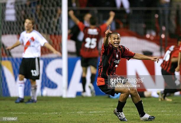 El jugador Jancarlos del equipo brasileno Atletico Paranaense festeja tras marcar el segundo gol de tiro libre ante el argentino River Plate durante...