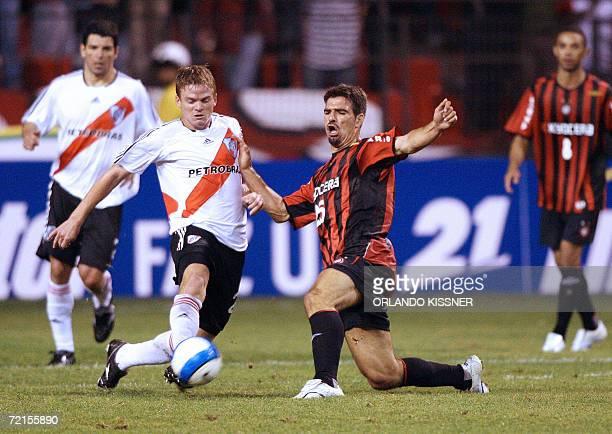 El jugador Paulo Rink del equipo brasileno Atletico Paranaense disputa la pelota con Paulo Ferrari del argentino River Plate durante el partido de...
