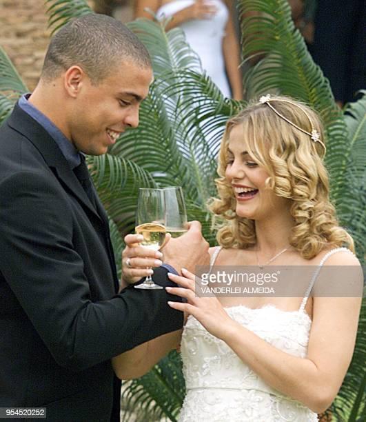 El jugador Ronaldo Nazario y su esposa Milena Domingues quien e encuentra embarazada de 5 meses hacen un brindis en los jardines de su casa luego de...