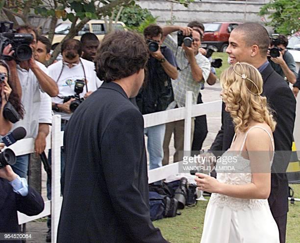 El jugador Ronaldo Nazario y su esposa Milena Domingues quien se encuentra embarazada de 5 meses hablan con la prensa en los jardines de su casa...
