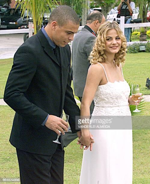 El jugador Ronaldo Nazario y su esposa Milena Domingues quien se encuentra embarazada de 5 meses caminan por los jardines de su casa luego de la...