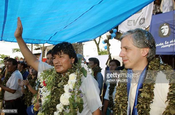 El lider cocalero Evo Morales junto a Alvaro Garcia Linera candidatos a presidente y vice presidente por el Movimiento Al Socialismo saludan el 29 de...