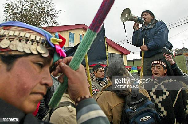 El lider de las agrupaciones indigenas Mapuches, Aucan Huilcaman utiliza un megafono para dar un discurso durante una manifestacion en las cercanias...
