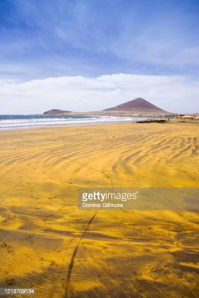 "el médano beach with ""montaña roja"" mountain in background. - dähncke fotografías e imágenes de stock"
