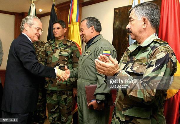 El ministro de Defensa de Colombia, Jorge Alberto Uribe saluda a miembros de la cupula militar durante una rueda de prensa en el ministerio de...