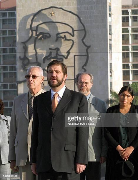 El Ministro de Relaciones Exteriores y Culto de Bolivia, Jose Ignacio Siles del Valle, , canta las notas del himno nacional boliviano durante la...