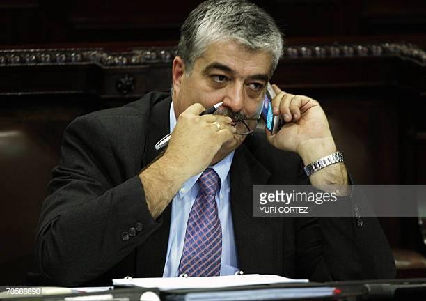 El ministro Guatemalteco del Interior Carlos Vielmann habla a traves de su telefono movil 13 de marzo de 2007 antes de responder a preguntas hechas...