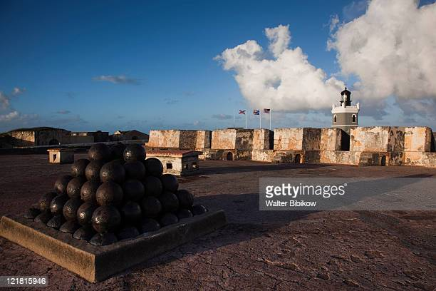 el morro lighthouse and canonballs, san felipe del morro fort, old san juan, san juan, puerto rico, december 2009 - 要塞 ストックフォトと画像