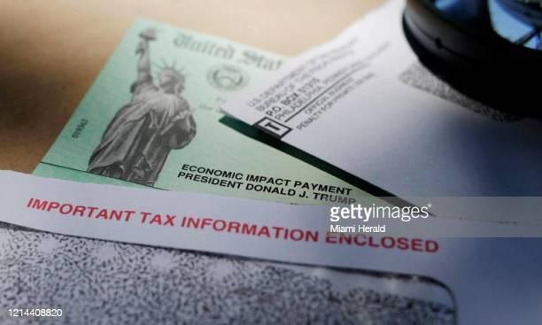 El nombre del presidente Donald Trump en un cheque de estímulo emitido por el IRS para ayudar a combatir los efectos económicos adversos del brote de...
