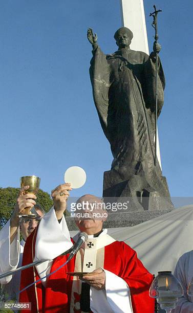 El obispo de Montevideo, Monsenor Nicolas Cotuno, consagra la hostia durante una misa campal celebrada junto a una estatua del extinto papa Juan...