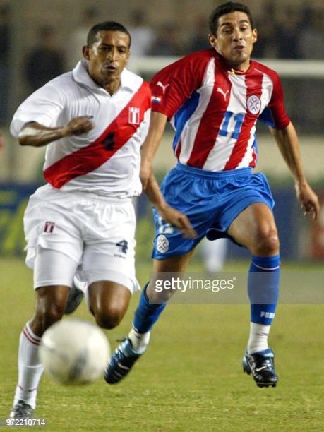 El paraguayo Jorge Campos disputa el balon con el peruano Jorge Soto el 30 de abril de 2003 en partido amistoso que Peru y Paraguay disputan en Lima...