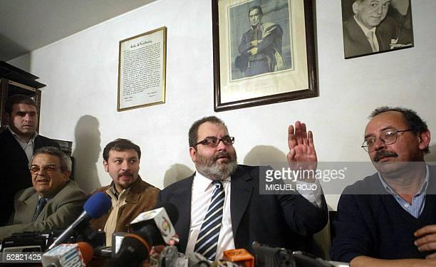 El periodista argentino Jorge Lanata responde preguntas el 13 de mayo de 2005 en Montevideo durante una conferencia de prensa en la sede del...