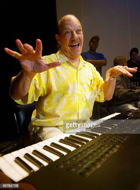 El pianista oriundo de Nueva York Larry Harlow realiza una actuacion antes de una conferencia de prensa en Caracas el 29 de abril de 2004 El...