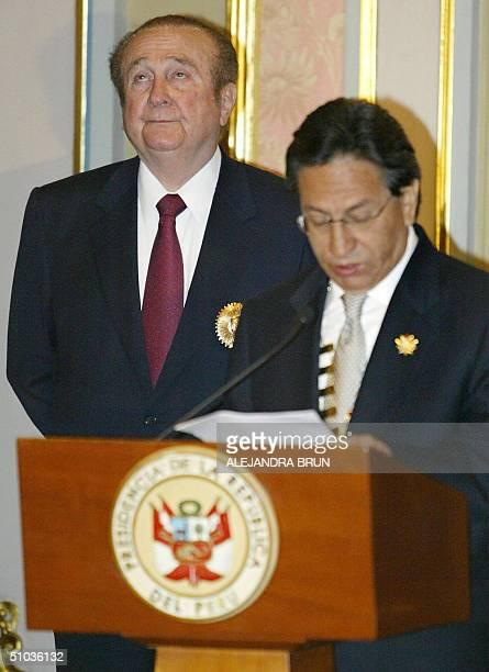El presidente Alejandro Toledo brinda un discurso luego de condecorar a Nicolas Leoz presidente de la Confederacion Sudamericana de Futbol durante...