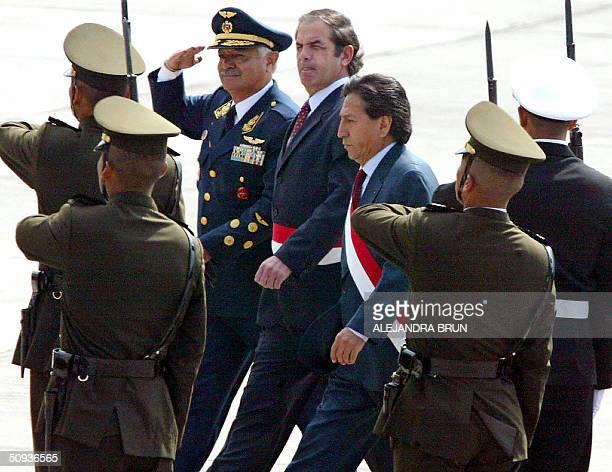 El presidente Alejandro Toledo el ministro de defensa Roberto Chiabra y el comandante del Comando Conjunto Aurelio Crobeto pasan revista a tropas...