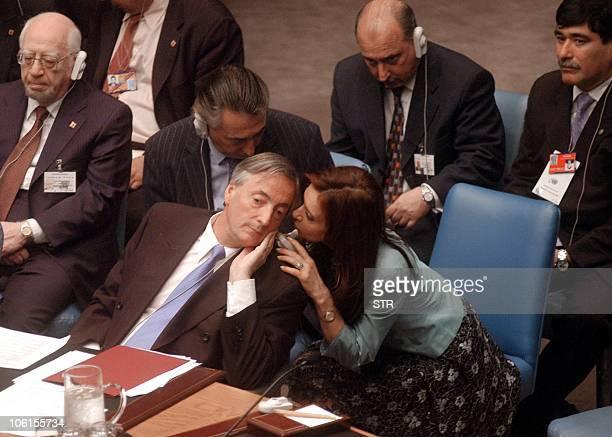 El presidente argentino Néstor Kirchner dialoga con su esposa la senadora Cristina Fernández durante la reunión del Consejo de Seguridad de Las...