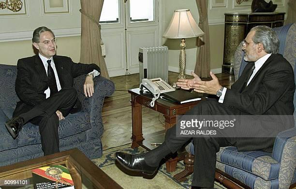El presidente boliviano Carlos Mesa Gisbert conversa con el canciller de Mexico Luis Ernesto Derbez el 24 de junio de 2004 en el palacio presidencial...