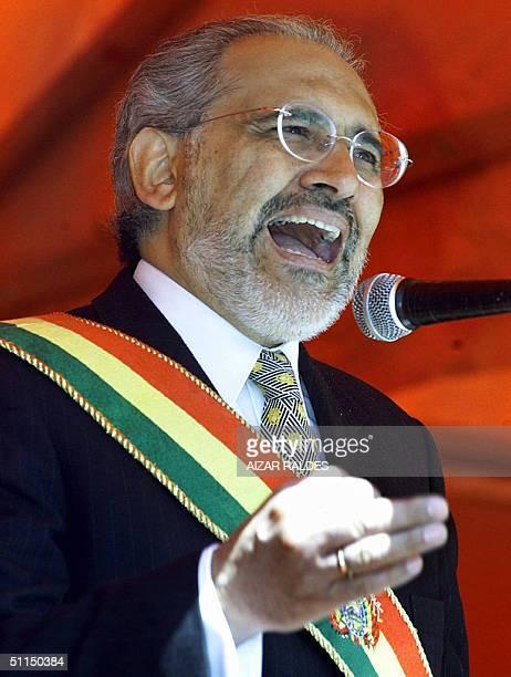 El presidente boliviano Carlos Mesa pronuncia un discurso durante la celebracion del 179 aniversario de la independencia de Bolivia en El Alto el 07...