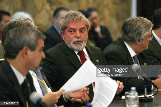 El presidente brasileño Luiz Inacio Lula Da Silva , habla durante una reunión con empresarios en el Palacio Presidencial de Miraflores en Caracas, el...