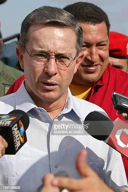 El presidente colombiano Alvaro Uribe acompañado por su homólogo venezolano Hugo Chávez declara a la prensa en el aeropuerto Josefa Camejo en la...