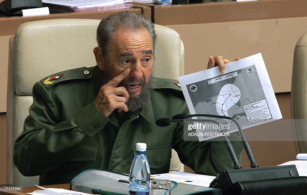 El presidente cubano Fidel Castro muestr : News Photo