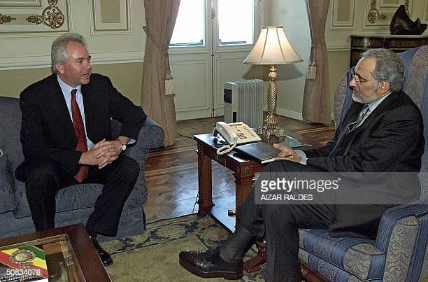 El presidente de Bolivia Carlos Mesa Gisbert conversa con el ministro de Energia y Minas de Venezuela, Rafael Ramirez, el 13 de mayo de 2004, en el...