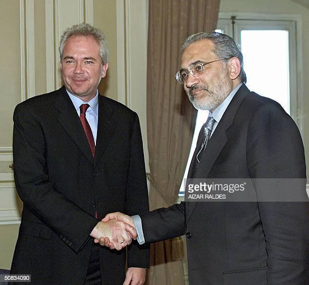 El presidente de Bolivia Carlos Mesa Gisbert saluda al ministro de Energia y Minas de Venezuela, Rafael Ramirez, el 13 de mayo de 2004, en el...