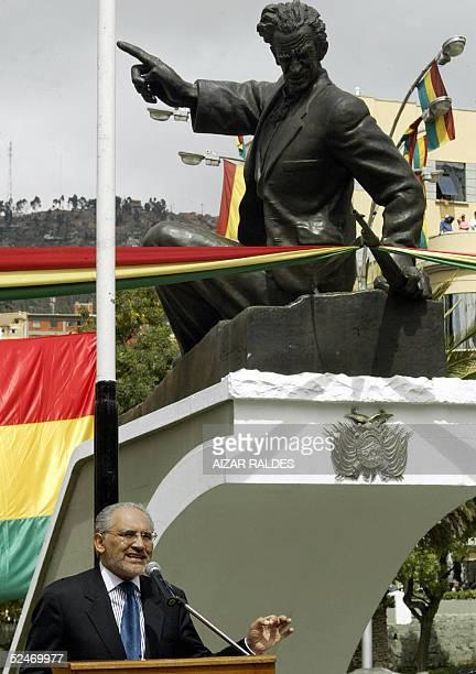 El presidente de Bolivia Carlos Mesa ofrece un discurso el 23 de marzo de 2005 en la plaza Avaroa de La Paz durante el acto central de conmemoracion...