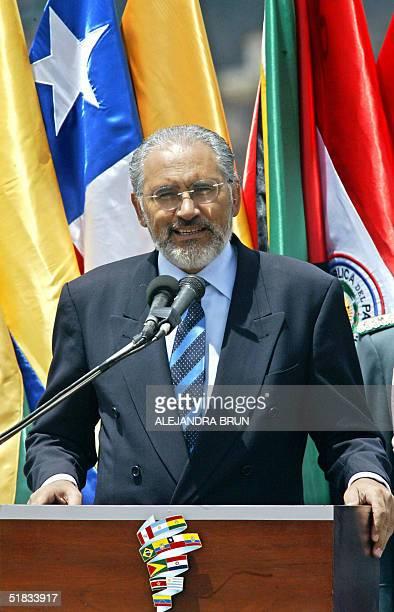 El presidente de Bolivia Carlos Mesa se dirige a la prensa a su llegada al aeropuerto internacional del Cusco Peru el 07 de diciembre de 2004 a donde...